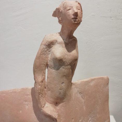 femme ménine terre cuite claire de pasino à la galerie le gisant à dinan