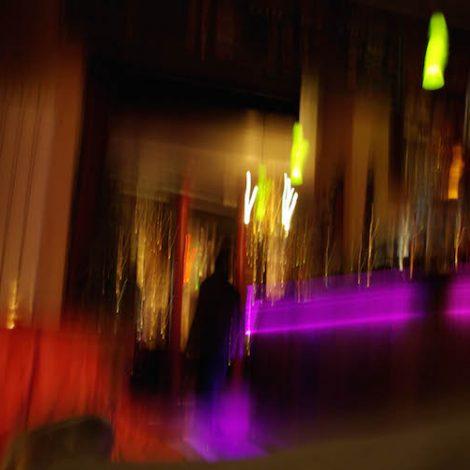 photographie floue lumières rouges et violettes