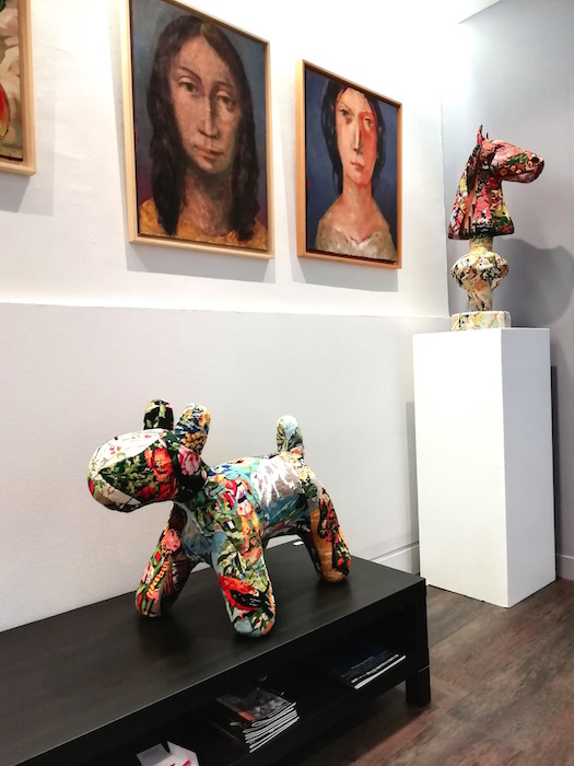 Chien sculpture textile et portraits au mur