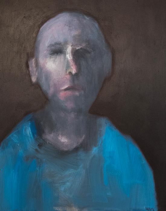 portrait homme en vêtement bleu sur fond gris sombre