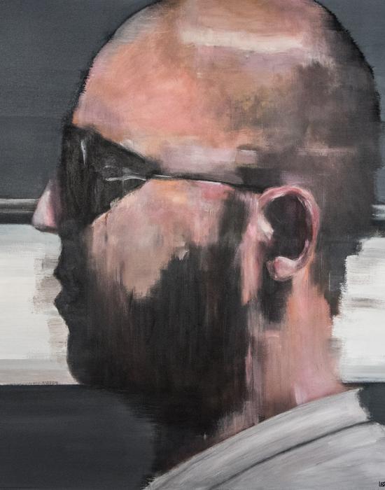 portrait d'une homme de profil avec fond gris sombre