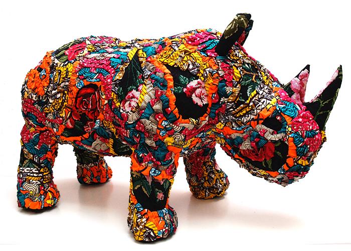 rhinocéros coloré sculpture textile de céline jegou à la galerie le gisant à dinan