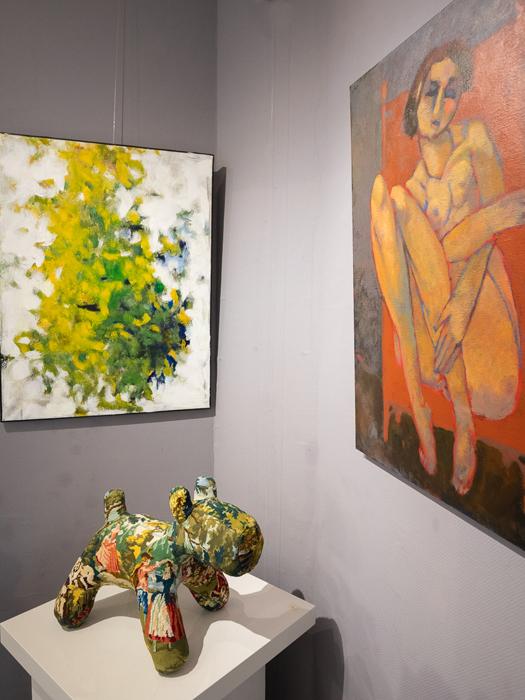 peinture de végétaux et femme nue orange et chien sculpture textile