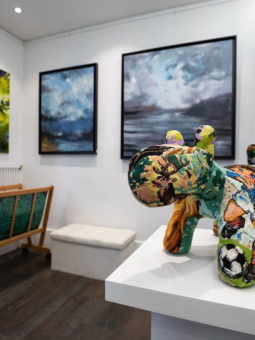 chien en sculpture textile et tableaux