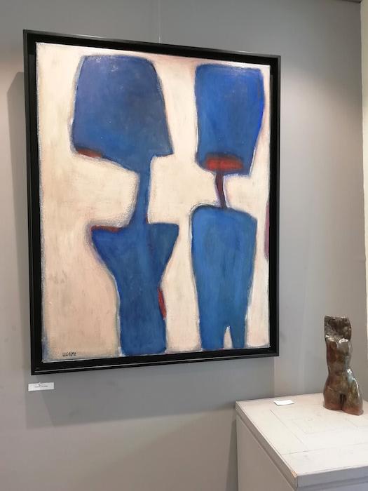 figures bleues sur fond blanc, peinture contemporaine de Frédéric lecaime. Terre cuite de buste féminin