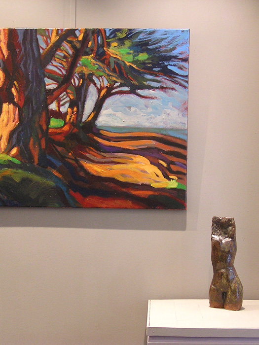 paysage de bord de mer. allée d'arbres, couleurs chaudes, pins et mer. peinture contemporaine hélène courtois-redouté. terre cuite buste féminin pasino