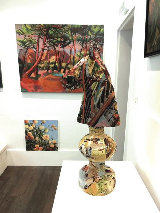 tableau contemporain paysage arbres bord de mer, pins. couleur rose et vert. sculpture textile cheval céline jegou