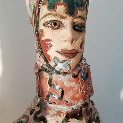 poupée peinte en céramique de marie-sophie andré, galerie le gisant à dinan