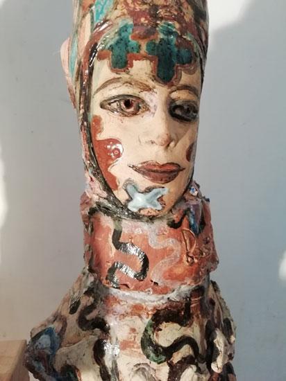 poupée peinte de papier et carton