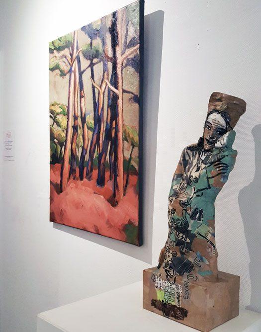 peinture arbres et sculpture femme et enfant