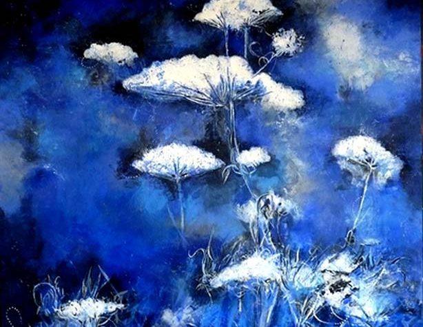 fleurs blanches sur fond bleu, peinture de Erick Leprince, galerie d'art Le Gisant