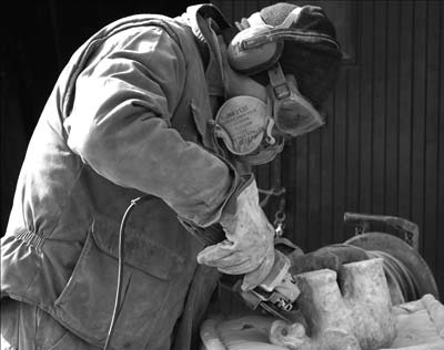 joël mérienne sculpteur dans son atelier