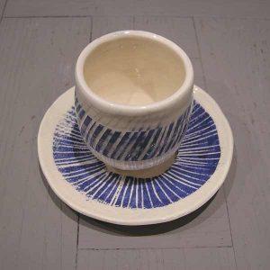 tasse à café blanc-bleu en faïence