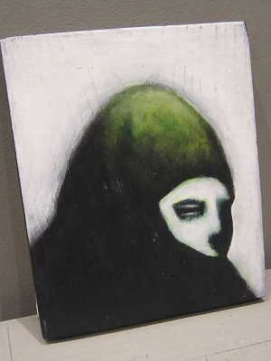 passante : portrait avec cape sur fond blanc
