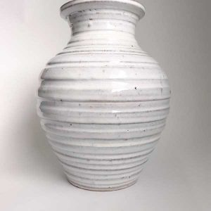 vase blanc strié en grès