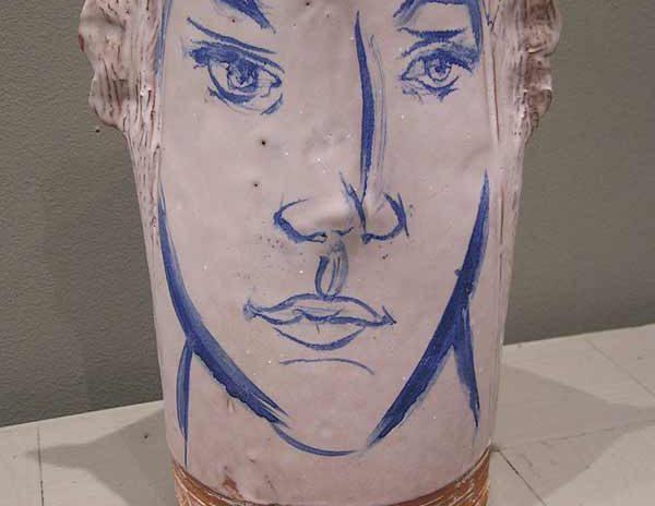 Vase portrait décoré blanc avec visage bleu