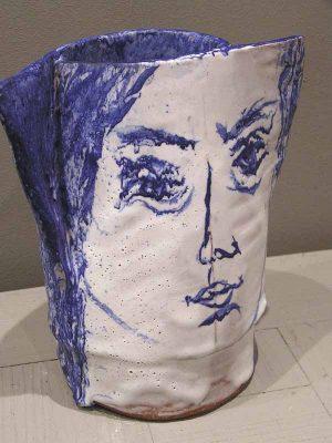 vase tête blanc et bleu