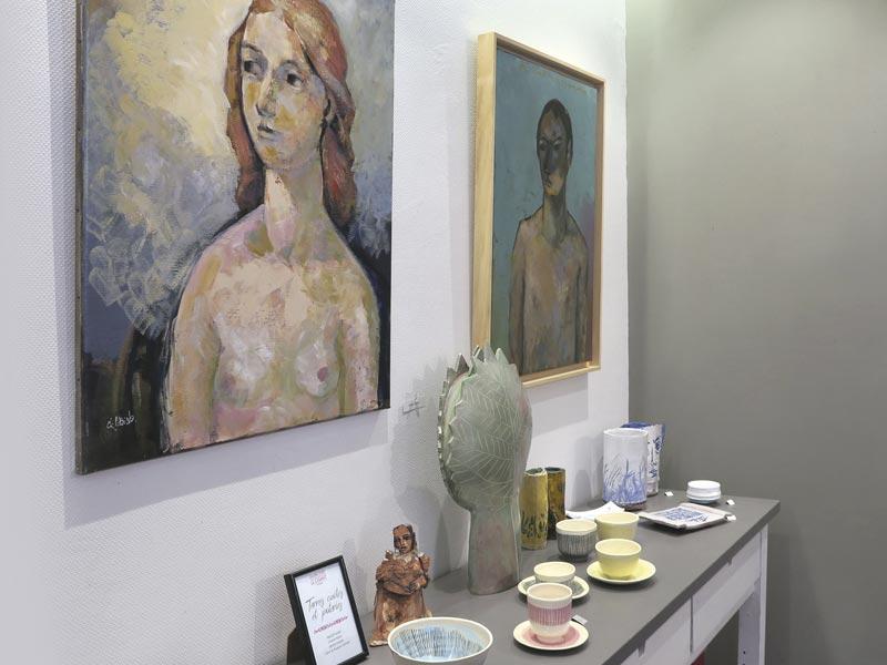 portrait de jeune femme et céramiques et tasses