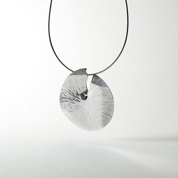 Pendentif rond argent solaire de Florence Eliard bijoux d'artiste